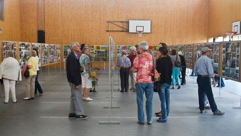 Die Fotoausstellung stösst auf reges Interesse, nicht nur bei Veltheimern.