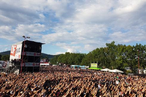 Das Publikum vor der HR3-Bühne beim Auftritt von Anti-Flag