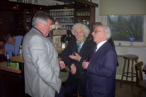 Das verstorbene Ratsmitglied Horst Bößler CDU im Gespräch mit Ehrenmitglied Frau Prof. Gertalies Schohs und dem Ehrenvorsitzendem Hans Fries im Sportler-Pub.