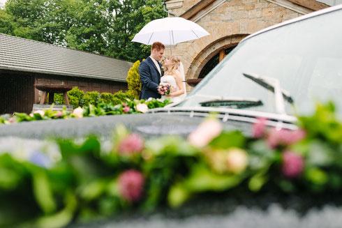 Hochzeitsreportage im Regen. Hochzeit Bilder Brautpaarshooting im Regen.