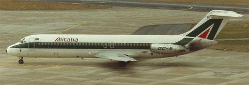 Über viele Jahre ein vertrauter Anblick: die Douglas DC-9-32 der Alitalia/Privatsammlung