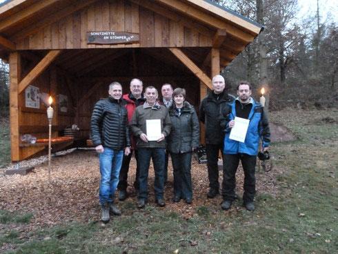 Wanderwegpaten und Bürgermeister bei der Übergabe des Wandersiegels an der Schutzhütte