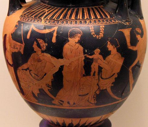 Scène de Gynécée représentée sur un vase réalisé vers 430 avant J.C. et exposé aujourd'hui au Musée national archéologique d'Athènes. Hauteur : 60 cm. Nom de l'artiste inconnu.  Ce type de vase s'appelle un lébès et servait lors des cérémonies de mariage