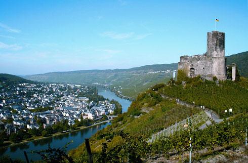 Blick auf Burg Landhut mit Stadt Bernkastel-Kues