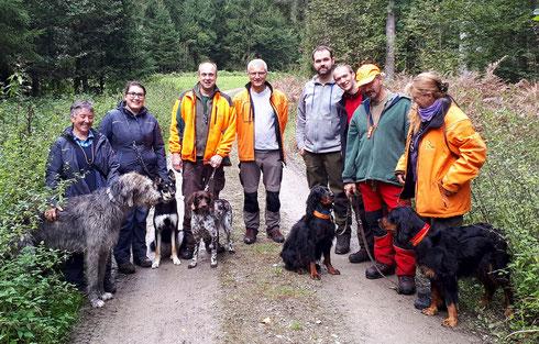 Die fünf geprüften Hunde mit Hundeführern, Hundeführerinnen und Prüfern (Foto: Stefan Herbst)