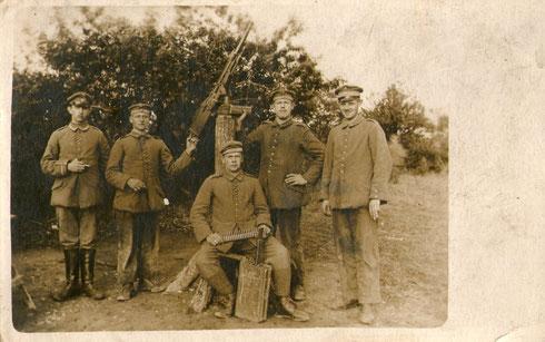 Trupp Schürmann (links) mit primitiven Flugabwehrgewehr.