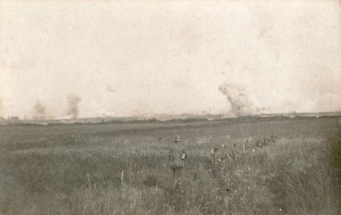 Im Hintergrund Granateinschläge am Ufer der Düna