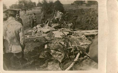 Vermutlich abgeschossenes Flugzeug um 1915