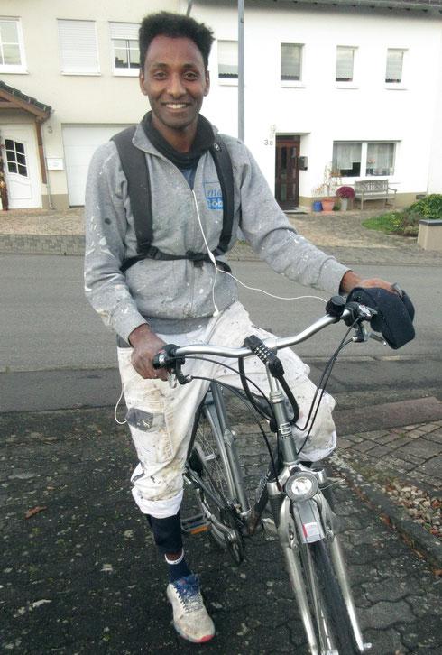 Samuel Fitwi auf dem Rückweg von der Arbeit (Foto: Heinz Reifferscheid)