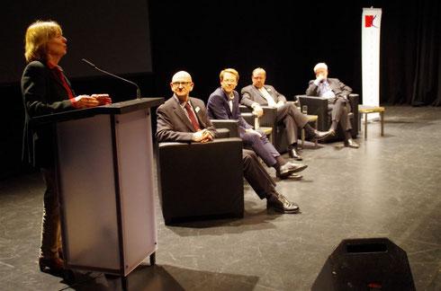 Diskussionsbeitrag von Anke Kuhbier (li.). Prof. Dr. Heiner Gembris, Dr. Markus Fein, Ludwig Hartmann, Prof. Dr. Robert Leicht (v. l.). Foto: Günther von der Kammer