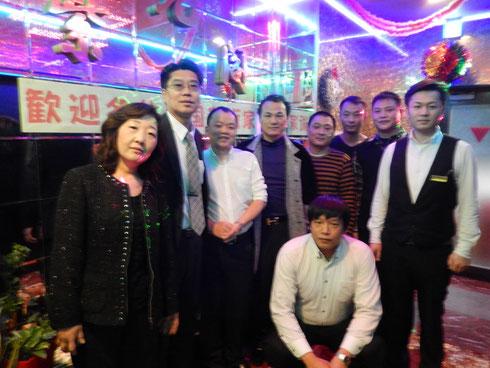 张行与紫光阁社长,社长夫人及池袋店工作人员合影