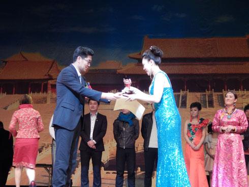 中华歌城紫光阁社长为旋律选手颁发奖项