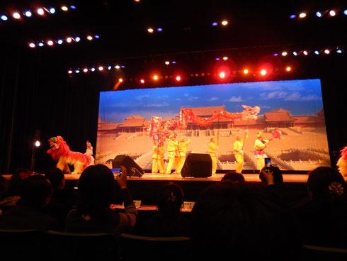 开场节目为传统舞龙舞狮
