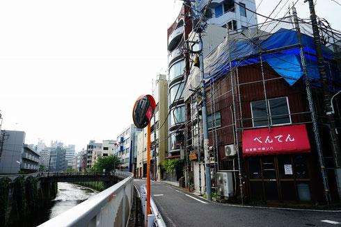 行列もなくなり、ひっそりとした神田川の横に佇むべんてんさん…