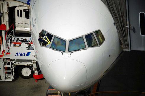 へ~操縦室の窓が開くんだね。びっくり!お掃除ご苦労様です。