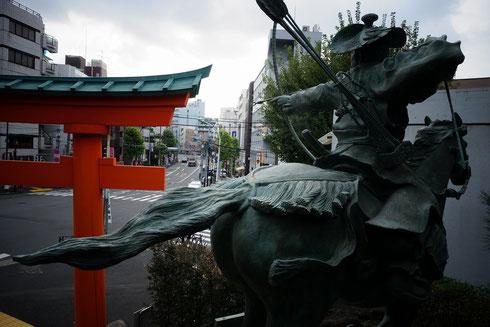 神社入り口には流鏑馬の銅像があるよ!