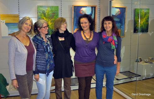 Ricki, Dolores, Nina, Kirsten u. Svitlana bei der Hängung. Foto Gerd Drexhage