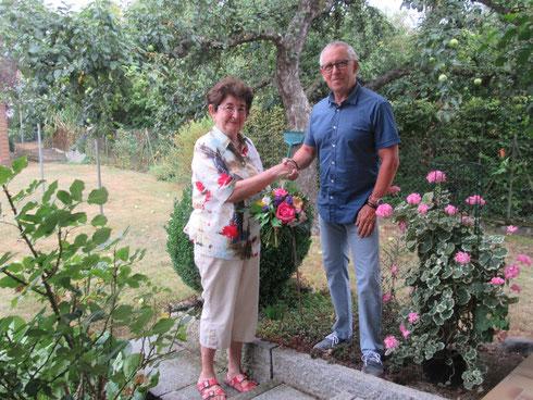 In den wohlverdienten Turnruhestand verabschiedet - Frau Bruckmeier mit Abteilungsleiter Klaus Weisbrod