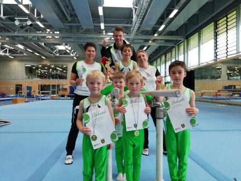 Stolze Gesichter bei den sieben- und achtjährigen Turnern mit dem Sieger Valentin Schindler