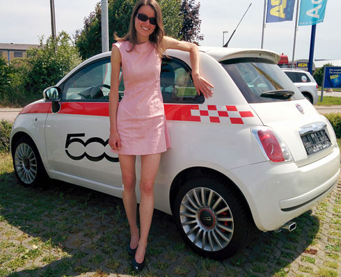 Frau Kakadu vor unserem Fiat 500