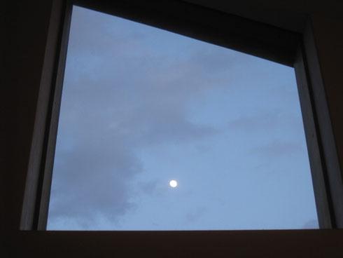 窓辺に浮かぶ月