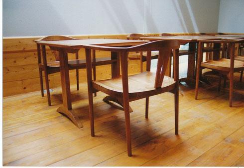 テーブルと肘掛椅子 同じ材料 同じ高さ