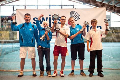 Die GewinnerIn der Schweizermeisterschaft 2012 stemmen ihre Pokale in die Höhe.