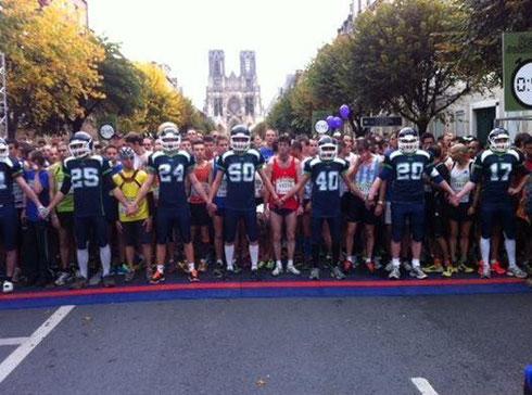 La préparation du positionnement sur la ligne de départ « Barrière humaine » du RATJ du dimanche 20 octobre 2013 s'est déroulée en toute quiétude. L'objectif de nos 13 joueurs volontaires et de 2 de  nos  encadrants ont couvert l'évènement.