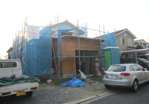入口周りは土壁風のカラー、そのほかは漆喰風の白壁