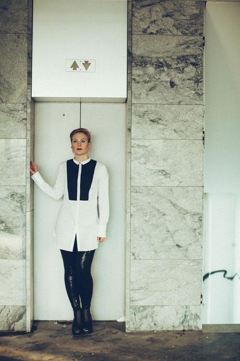 Bluse: Gina Tricot ; Hose und Schuhe : H&M