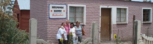 Chierie, Tiny, Kowa und Delene vor Kowas Haus