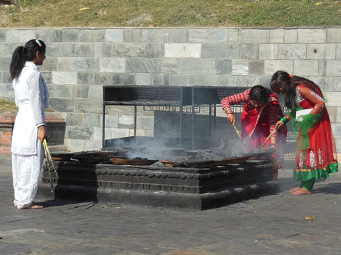 2013 Women perform a funeral ritual at Bhaktapur's Pashupatinath Temple Complex