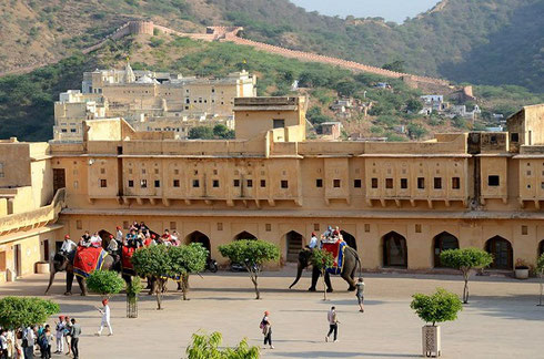 2013 Jaipur Tourist arrive by Elephant at the splendid Amber Fort