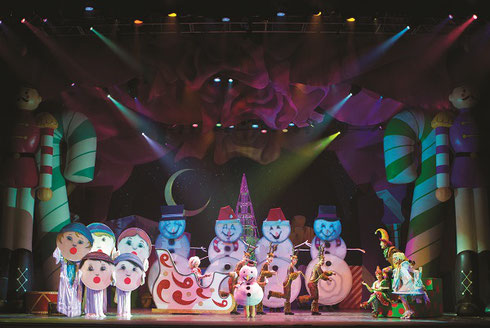 The stage is full of snowmen and sleighs