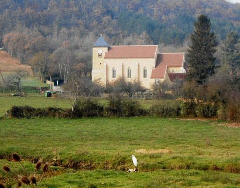 L'aigrette au bord de la rivière veillant sur l' Eglise