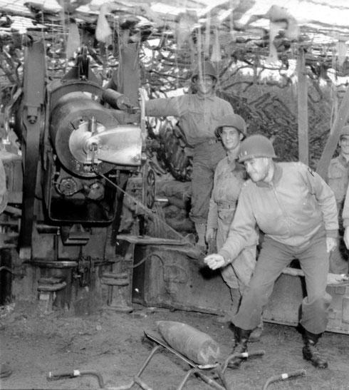4. Juli Nationalfeiertag in den USA - Tausende Geschütze sendeten einen Gruß zu den deutschen Linien, selbst Generalleutnant Omar Bradley beteiligt sich an dem Feuerzauber