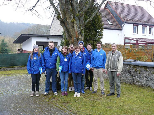 Das Studententeam mit Bruno Koch, Vorsitzender des NABU Guckheim (1. v. r.) und Jonas Krause-Heiber, Leiter der NABU-Regionalstelle (2. v. r.)