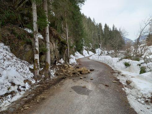 April 2021: Achtung, noch immer Steinschlaggefahr am Radweg !