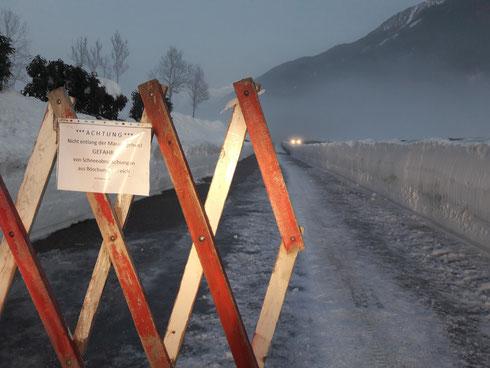 Der viele Schnee birgt auch Gefahren, z.B.  entlang des Wirtschaftsweges. Gefahr von Abrutschungen aus dem Böschungsbereich, daher NICHT entlang der hohen Mauer gehen! Auch Dachlawinen sind zur Zeit gefährlich!