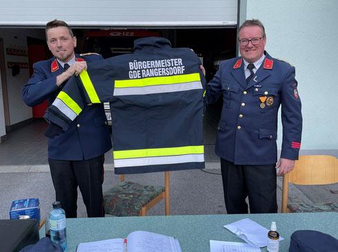 Vom Brandinspektor zum Bürgermeister: neue Schutzjacke für Mar Sepp