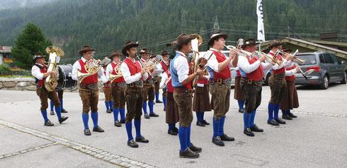Die TK-Rangersdorf zu Besuch beim Rüsthaus. Gegen eine kleine Spende gab es auch etwas zum Trinken. (Foto: Horst)