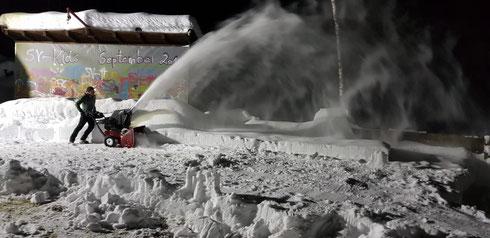 Kofler Robert und Roland sind wieder beim Schneefräsen - demnächst soll Eislaufen am SV-Platzl wieder möglich sein ... die Kids freuen sich schon