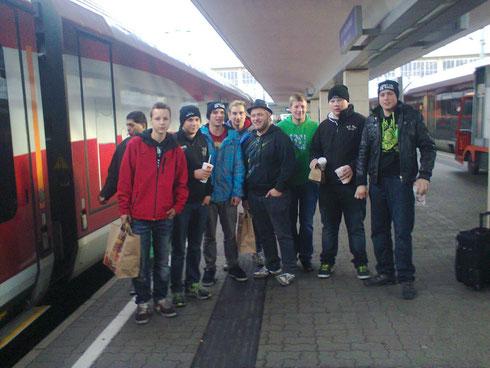 unsere Boys (gezeichnet vom Freiwild-Konzert am 7. Dez. in Wien) vor der Heimfahrt. Jetzt schlafen sie eine Runde im Zug ...