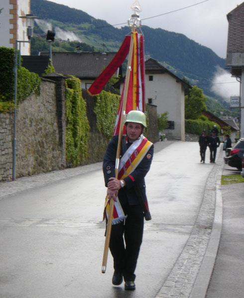 Fronleichnam 2013: Fähnrich Markus auf dem Weg zur Prozession. Das regnerische Wetter hat den `Umgang´ in Rangersdorf aber nicht zugelassen. So gingen die 9 Tresdorfer Kameraden nach der hl. Messe dann zum Stadlwirt auf einen `Umtrunk´...