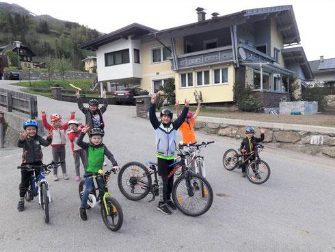 Endlich wieder raus an die frische Luft, entweder mit dem Rad durchs Dorf oder auf das Spielplatzl ... und demnächst geht es in der Schule und Kindergarten auch wieder weiter
