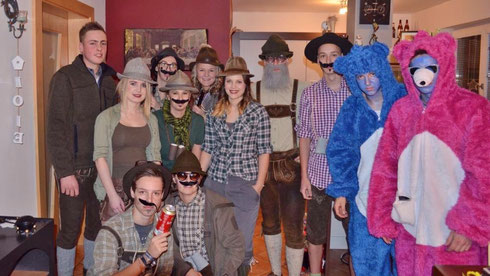 Jänner 2016: Ein paar Tresdorfer mit Freunden auf dem Weg zum Maskenball in die neue KULTBOX nach Mörtschach