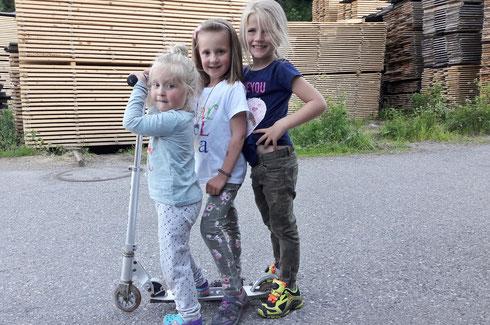 """Juni 2017: 3 junge Damen am Scooter ... während die Papas am Bretterplatz """"feuerwehrüben"""""""