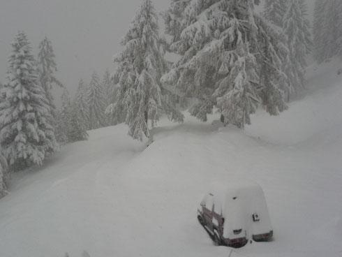 Wintereinbruch im Oktober 2014: Aussicht von der Rumpleralm > und beinahe stecken geblieben ist der Daihatsu von Jäger Mote