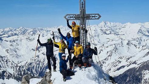 Ende April 2021 grüßen Wenner Michael, Striednig Daniel, Liedl Tone und Co von der Hochalmspitze = 3.360 m ü.M. Mehr als 2.000 Höhenmeter Aufstieg vom Maltatal haben sich gelohnt ...