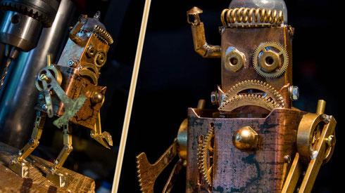 """Besondere Fähigkeiten: Achseln zucken, """"den Vogel zeigen"""" und Robot-dance! ...nicht das es nötig wäre aber er KANN! :D  - Klick drauf um auch seine Rückseite zu sehn!"""